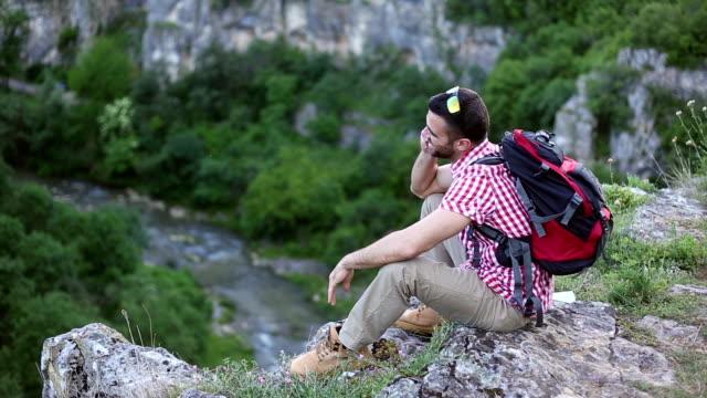Toeristische wandel- en met behulp van slimme telefoon op de klif