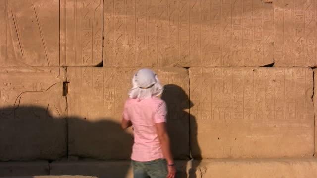 vídeos y material grabado en eventos de stock de turista en egipto - jeroglífico