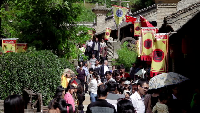 ms tourist in folk customs village during holidays in xingping, shaanxi, china - gemeinsam gehen stock-videos und b-roll-filmmaterial