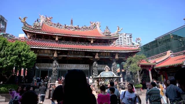 stockvideo's en b-roll-footage met tourist in longshan temple in taipei city taiwan - taipei