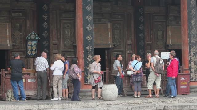 ms tourist in mosque/xian,shaanxi,china - 史跡めぐり点の映像素材/bロール