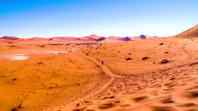 HA WS turista nel deserto della Namibia