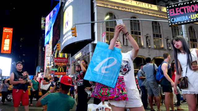 tourist in times square during the summer season, new york city - fotografieren stock-videos und b-roll-filmmaterial