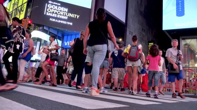 vídeos y material grabado en eventos de stock de tourist in times square, manhattan new york city - 7th avenue