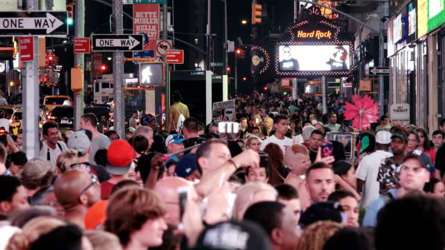 stockvideo's en b-roll-footage met tourist in times square, new york city - stopbord