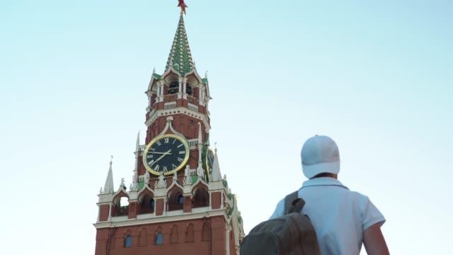tourist is exploring moscow - dorso umano video stock e b–roll