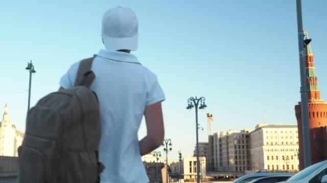 観光はモスクワを探索します。 - 人の背中点の映像素材/bロール
