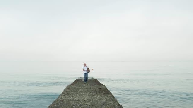 観光桟橋を歩いています。 - 東ヨーロッパ民族点の映像素材/bロール