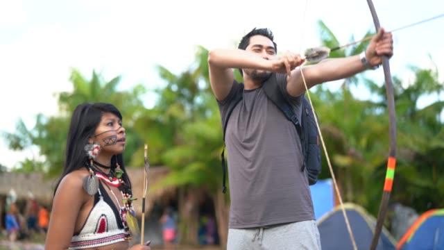 トゥピ族グアラニ族先住民、弓と矢印、ブラジルからの教訓を学ぶ観光 - 東洋民族点の映像素材/bロール