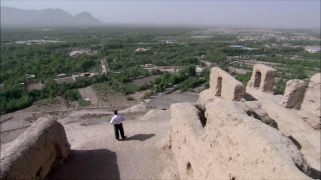 vídeos y material grabado en eventos de stock de ws ha pan tourist looking at view from atashkadeh fire temple, iran - one mature man only
