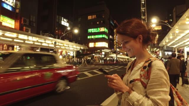 夜に京都でタクシーを探している観光客 - タクシー点の映像素材/bロール