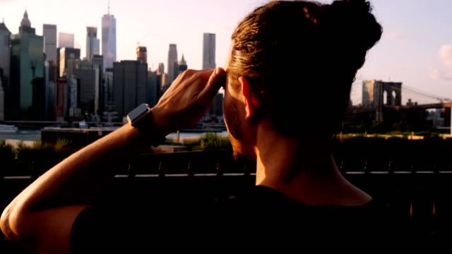 touristen, die ihre erinnerungen von new york city - manhattan stock-videos und b-roll-filmmaterial