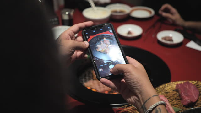 日本料理店で地元料理を食べる観光客の男性。 - ブログ点の映像素材/bロール
