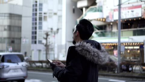 旅遊人探索城市地圖,而旅行 - 方向 個影片檔及 b 捲影像