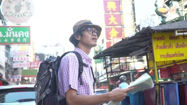 touristenkarte mann porträt holding - 20 24 years stock-videos und b-roll-filmmaterial