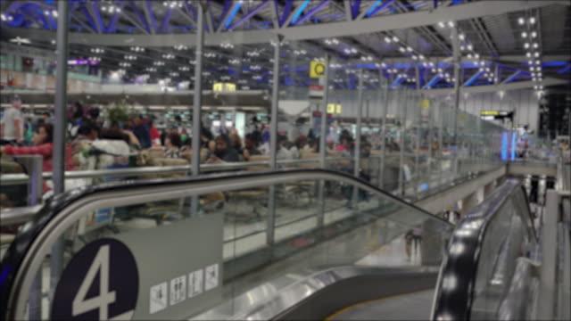 Turist på flygplatsen byggnaden nattetid.