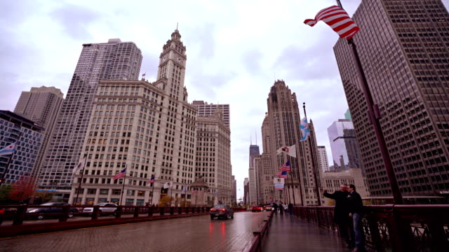 stockvideo's en b-roll-footage met tourist on bridge. chicago. downtown. - nationale vlag