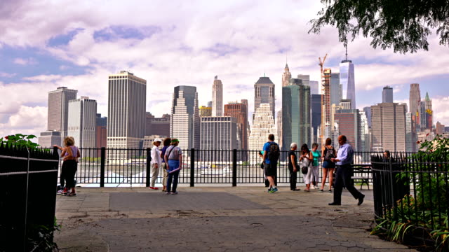 tourist on brooklyn heights promenade and manhattan financial district. - waterfront stock videos & royalty-free footage
