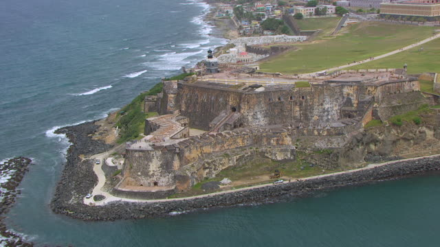ms zo aerial pov tourist on morro castle / old san juan, puerto rico, united states - stilrichtung des 16. jahrhunderts stock-videos und b-roll-filmmaterial