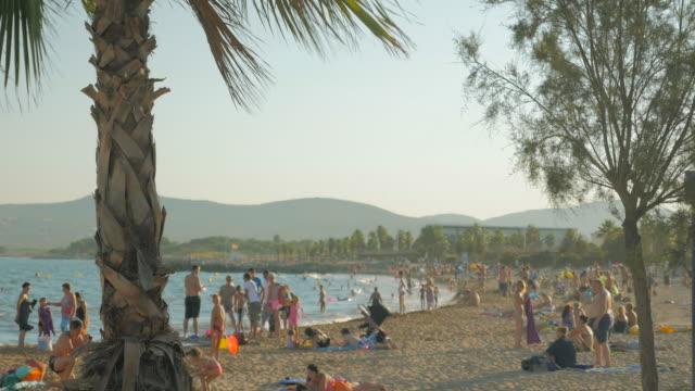 Touristes sur la plage dans le sud de la France