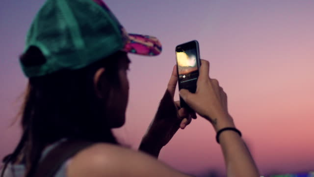 Turismo fotografiar con un teléfono inteligente en la playa de Pattaya