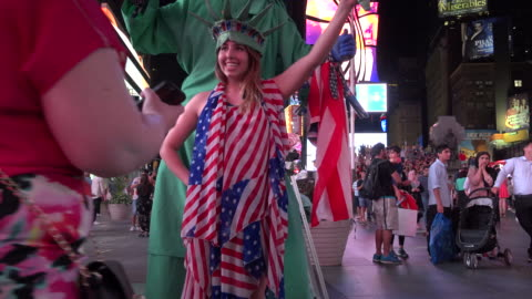 vídeos y material grabado en eventos de stock de tourist pose for a photograph with the times square street performers / times square, midtown manhattan, broadway and seventh avenue, 7th avenue, new... - 7th avenue