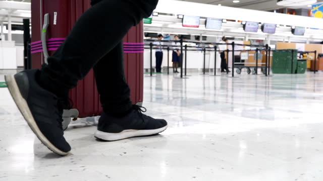 vídeos y material grabado en eventos de stock de slo mo - un turista tirando de su equipaje en un aeropuerto - maleta