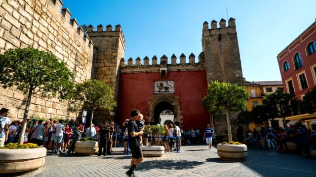 Turismo T/L cola para entrar al Alcázar de Sevilla, España