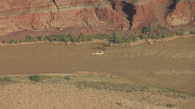 stockvideo's en b-roll-footage met ws aerial tourist raft floating down colorado river within zuni point corridor in grand canyon / arizona, united states - zuni