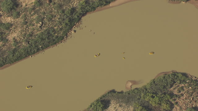 stockvideo's en b-roll-footage met ws aerial zi tourist rafts along colorado river in zuni point corridor / arizona, united states - zuni