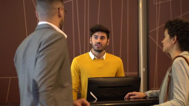 vídeos y material grabado en eventos de stock de registro turístico en el hotel - hospitalidad