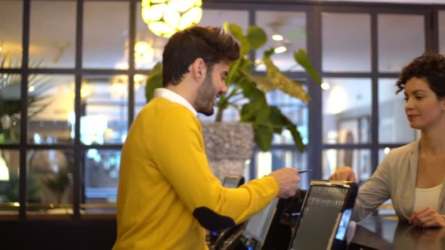 stockvideo's en b-roll-footage met toeristenregister in hotel - lobby