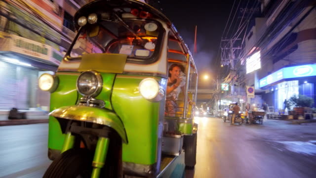 tourist riding tuk tuk in bangkok 4k - avventura video stock e b–roll