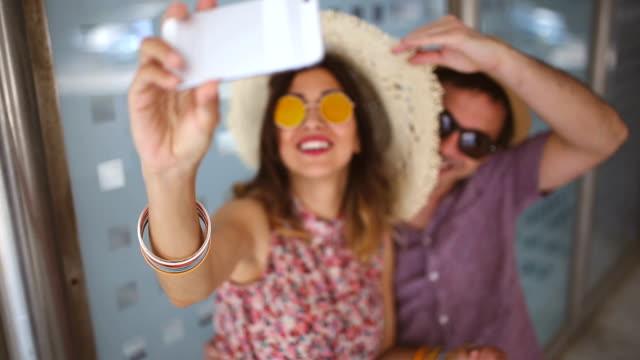 vídeos y material grabado en eventos de stock de turista autofoto - mujeres de mediana edad
