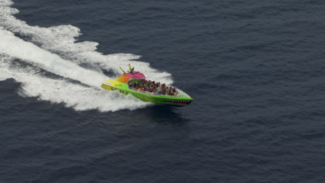 ws aerial ts tourist speedboat moving in sea / hawaii, united states - 水上タクシー点の映像素材/bロール