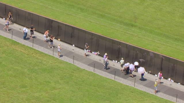 ws aerial pov tourist standing at vietnam veterans memorial / washington dc, united states - ベトナム戦争戦没者慰霊碑点の映像素材/bロール