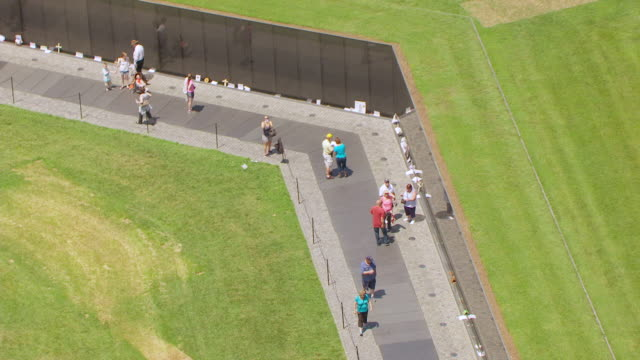 ws aerial pov tourist standing at vietnam veterans memorial / washington dc, united states - vietnam veterans memorial video stock e b–roll