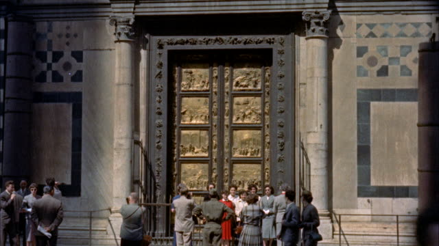 ws tourist standing near door of paradise and baptistery / unsepcified - レリーフ点の映像素材/bロール
