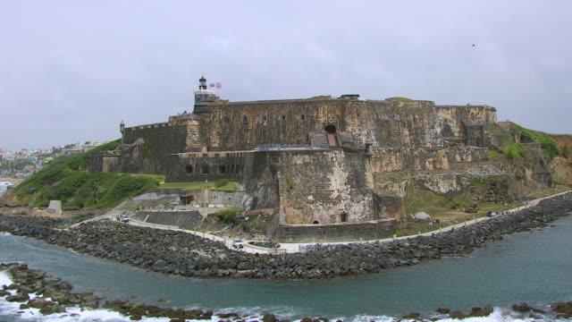 ms aerial pov zo tourist standing on morro castle / old san juan, puerto rico, united states - 1500 talsstil bildbanksvideor och videomaterial från bakom kulisserna