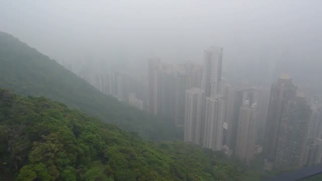 vidéos et rushes de tourist take photographs and selfies of the city from a panoramic terrace on victoria peak during their visiting in hong kong, china on april 10,... - victoria peak