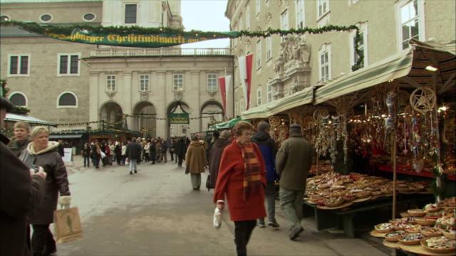 vidéos et rushes de ws pan tourist taking photo in farmer's market / salzburg, austria - austria