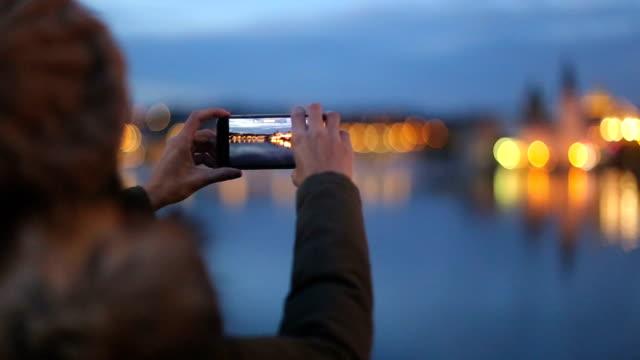 vídeos y material grabado en eventos de stock de foto de turista toma del puente de carlos - sacar una foto