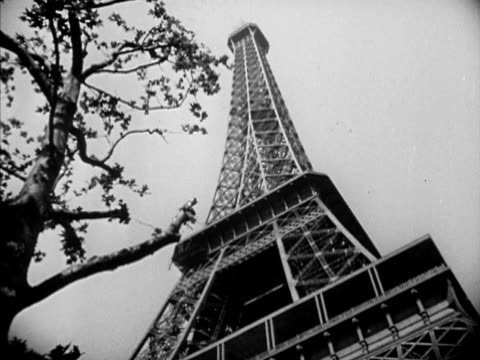 tourist taking photograph la ms the eiffel tower vs patrons sitting at first floor restaurant dining violinist playing violin - eiffel tower paris stock videos & royalty-free footage
