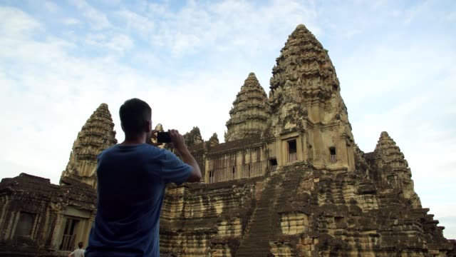 カンボジアのアンコールワット寺院で写真を撮る観光客 - photo messaging点の映像素材/bロール