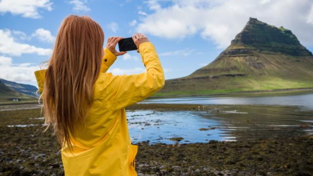 touristen fotografieren der meistfotografierte berg islands - erinnerung stock-videos und b-roll-filmmaterial