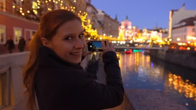 Touristen fotografieren von Ljubljana zur Weihnachtszeit