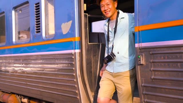 touristen, die mit dem zug reisen - rucksack stock-videos und b-roll-filmmaterial