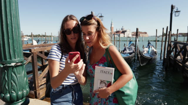 tourist-reisende frauen in venezia, italien - tourist stock-videos und b-roll-filmmaterial