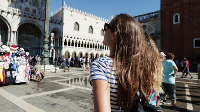 tourist traveling women in venezia: summer holidays in italy - cultura italiana video stock e b–roll