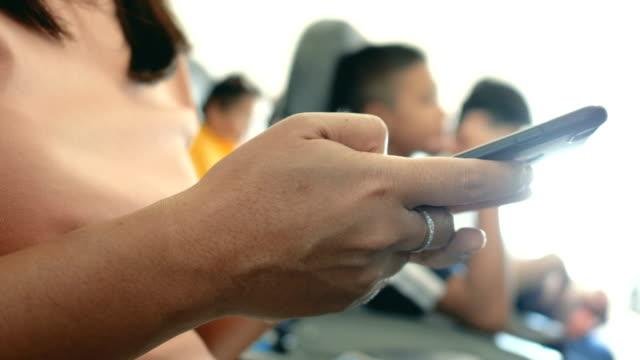 touristische nutzung smartphone auf flugzeug - fahrkarte oder eintrittskarte stock-videos und b-roll-filmmaterial